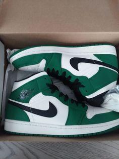 Dr Shoes, Cute Nike Shoes, Swag Shoes, Nike Air Shoes, Hype Shoes, Shoes Sneakers, Green Nike Shoes, Shoes Jordans, Air Jordan Sneakers