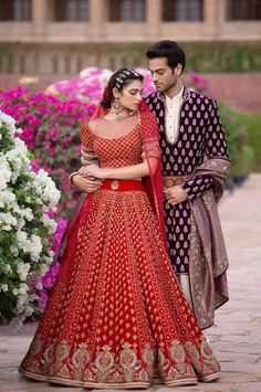 Ever wondered what is Tarun Tahiliani Lehenga Prices? Check out the latest bridal collection along with new lehenga pictures and prices. Latest Bridal Lehenga, Bridal Lehenga Choli, Banarasi Lehenga, Red Lehenga, Dress Indian Style, Indian Outfits, Indian Wear, Bridesmaid Saree, Bridal Lehenga Collection