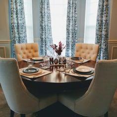 Love it, so beautiful! Apartment Inspiration, Elegant Dining Room, Dark Dining Room, Round Dining Room, Dining Room Furniture, Beautiful Dining Rooms, Dining Table Chairs, Dining Room Table Centerpieces, Home Decor