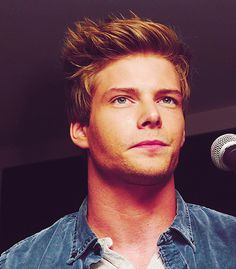 Hunter Parrish  So Sexy Omg I just cant.