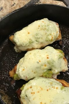 Seasoned chicken breasts are browned in butter and olive oil, topped with homemade guacamole and slices of pepper jack cheese, then broiled. Ketogenic Recipes, Low Carb Recipes, Cooking Recipes, Healthy Recipes, Guacamole Chicken, Guacamole Recipe, Chicken Melt Recipe, Chicken Recipes, Dinner Dishes