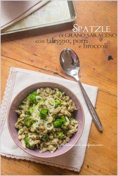 SPATZLE DI GRANO SARACENO CON BROCCOLI E TALEGGIO: (per 2 persone) 90 g di farina 00 - 50 g di farina di grano saraceno - 2 uova - 40 ml di acqua - sale Per il condimento:  100 gr di cimette di broccolo, già lessate (non sfatte!) -  60 gr di taleggio - 1 piccolo porro - 2 cc olio - sale e pepe PORZIONI WW: 2 carb. scuri, 2 proteine, 1 grasso