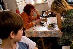 """""""Мои родители алкоголики"""" - http://kolomnaonline.ru/?p=16355  Дети, у кого хотя бы один из родителей алкоголик, чувствуют беспомощность и обескураженность и их жизнь на самом деле похожа на кошмар. Подростки чаще всего стыдятся, что у них такие родители. К самим же родителям испы"""
