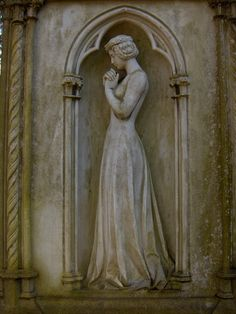 Elizabeth Woodville statue, Grandmother to HenryVIII