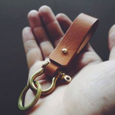 Handmade Leather keychain with shackle brass, Belt Keychain, Leather Gift, Men Keychain Handmade Leather Wallet, Leather Gifts, Leather Keychain, Leather Craft, Leather Valet Tray, Leather Key Holder, Leather Accessories, Leather Jewelry, Conception En Cuir