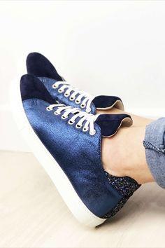 Des baskets originales et uniques ? Avec scratch ou à lacets ? C'est vous la créatrice ! Personnalisez vos sneakers de la couleurs et matières que vous voulez ! Doré, zébre, jaune, bleu, bordeaux, vert, à paillette... ce sont VOS chaussures sur-mesure ! ☀️ Bleu Marine, Bordeaux, Sneakers, Shoes, Fashion, Custom Shoes, Blue Shoes, Blue Velvet, Smooth Leather