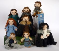 The Starks as yarn dolls!  Direwolves included, omg.  I love that Jon is actually smiling and Robb has an eternal pout xD