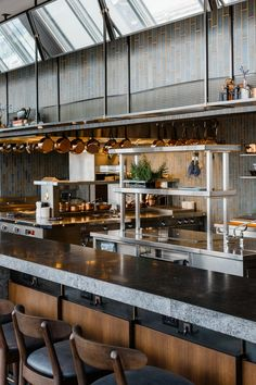 Danny Meyer's New Sky-High NYC Restaurant an open kitchen with a counter lined with stoolsan open kitchen with a counter lined with stools Rustic Country Kitchens, Country Kitchen Designs, Best Kitchen Designs, Restaurants In Nyc, Commercial Kitchen Design, Kitchen Design Open, Open Kitchen Interior, Open Kitchen Restaurant, Restaurant Restaurant