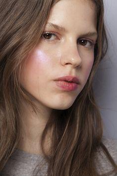 Maquiagem iluminada é a aposta para o inverno | Elle