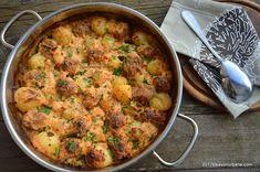 Chiftele la cuptor cu cartofi in sos de smantana Savori Urbane Romanian Food, Mince Meat, Curry, Dinner, Cooking, Health, Ethnic Recipes, Archive, Easter