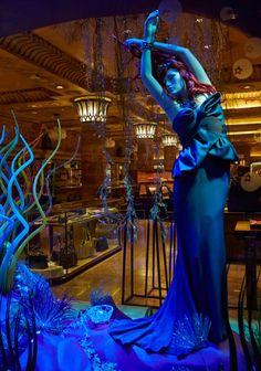 Em novembro de 2012, a mega loja londrina Harrod's criou uma incrível vitrine temática com todas as princesas, vestidas cada uma por um designer famoso!