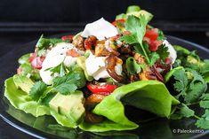 Kanafajitat ja tomaattisalsaa salaatinlehdeltä /// Kaipaatko säkin silloin tällöin jotain terveempää mättöruokaa? Kokeile salaatinlehdiltä tarjoiltuja. luonnollisesti gluteenittomia kanafajitoja kera kotitehdyn tomaattisalsan! Mausteisen kanan ja kasvisten yhdistelmällä lähtee nälkä ja poistuvat mättöfiiliksit. Jäljelle jäävät vain monipuolisesti ravittu keho ja HYVÄ MIELI! Cobb Salad, Food, Essen, Meals, Yemek, Eten