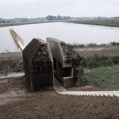 Near Utrecht in the Netherlands, the Dutch artist Erick de Lyon and the architectural and landscape Rietveld converted an old bunker of World War II memorial. Cutting the concrete monolith in his heart, they appear and reveal his inner thickness.