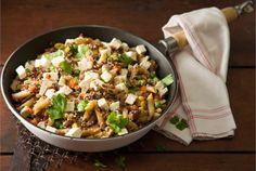 Salaattijuustopannu valmistuu helposti ja mutkattomasti yhdessä astiassa. Vaihda jauheliha halutessasi broileriksi ja pasta nuudeleiksi. http://www.valio.fi/reseptit/salaattijuustopannu/ #resepti #ruoka