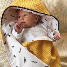 Wat een dotje! Klein meisje in haar wikkeldoek van Tante Tuttebel. #tante_tuttebel #custommade #zelfsamenstellen #handmade #webshop #baby #newborn #nursery #wikkeldoek #omslagdoek #babykamer #babydeken #oker #veertjes #blackandwhite #babyshop #babystuff #babyboy #babygirl #unisex