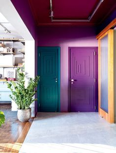 Verde, roxo e lilás compõe décor