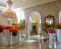 This is very very good - Hotel Plaza Athenee, stayed and loved it but expensive Oh Paris Four Seasons Hotel, Hotel Flowers, Sunset Palette, Paris Hotels, Hotel Lobby, Beautiful Hotels, Party Centerpieces, Repurposed Furniture, Good Company