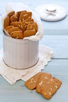 עוגיות סוכר חום ושקדים ( צילום וסגנון: אסף אמברם )