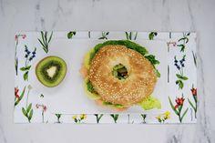 Bagel au saumon fumé et kiwi Kiwi, Bread, Food, Smoked Salmon, Smoking, Meal, Brot, Eten, Breads