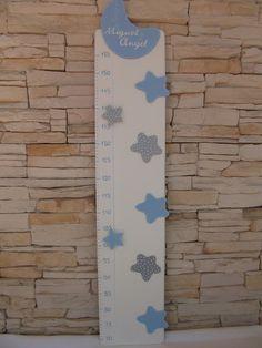 Medidor de madera con aplicaciones de estrellas y luna. Color blanco, azul y grís.