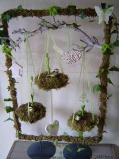 this could be decorated in so many different ways for spring or summer.This says: Wrap or glue a frame with moss, decorate with natural elements Spring Projects, Spring Crafts, Projects To Try, Easter Flower Arrangements, Floral Arrangements, Summer Centerpieces, Diy Ostern, Deco Floral, Easter Holidays