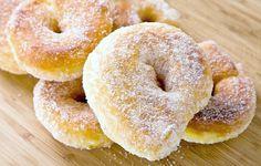 Rosquillas de nata, con una masa tan cremosa que se funde en la boca y aromatizadas con naranja. No te pierdas esta receta, te contamos el paso a paso.
