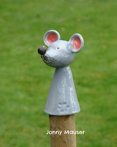 Ceramic mouse post squat - How to Garden-Design Ceramic Pottery, Ceramic Art, Sculpture Art, Garden Sculpture, Garden Animals, Ceramic Animals, Pottery Animals, Hobbies And Interests, Yard Art