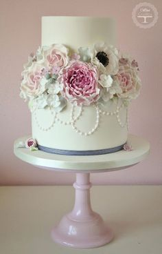 Please come and join the Cotton & Crumbs cake classes creating beautiful cakes, handcrafted sugar flowers and boutique cupcakes for all occasions. Gorgeous Cakes, Pretty Cakes, Cute Cakes, Rodjendanske Torte, Cupcakes Decorados, Amazing Wedding Cakes, Wedding Cake Inspiration, Floral Cake, Elegant Cakes