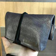 Mini bag de cuero con correa, ideal como clutch de mano para salir con lo justo o para llevar lo mas pequeño dentro de tu bolso y evitar que se pierdan! #bag #mini #cuero #chile #diseño #chileno