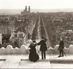 PARIS - View from the Arc de Triomphe on Avenue Kleber, It rises. Exactly on the line, which connects the Louvre to the Arc of large Défense, the Arc de Triomphe towers over the Champs Elysees and protects the flame on the tomb of the Unknown Soldier. Vintage Paris, Belle Epoque, Vintage Photographs, Vintage Photos, Rio Sena, Paris 1900, Paris Paris, Paris City, Triomphe