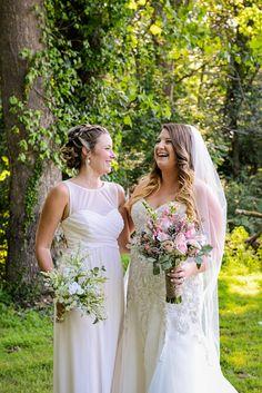 Simmone von Sydney Photography - bride with bridesmaid.