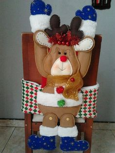 Cubresillas Felt Crafts Patterns, Holiday Crafts, Holiday Decor, Indoor Christmas Decorations, Chair Covers, Christmas Humor, Reindeer, Christmas Stockings, Merry