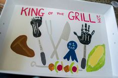 "Geschenk Vatertag: ""King of the Grill"" Father's Day serving tray - kids footprint handprint - Diy Father's Day Crafts, Father's Day Diy, Baby Crafts, Toddler Crafts, Holiday Crafts, Toddler Art, Fathers Day Art, First Fathers Day Gifts, Fathers Day Crafts"