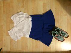 Christina: Für einen warmen Tag im Frühling. Kurzer blauer ausgestellter Rock mit schwarzem Basic shirt und den New Balance Sneakers.