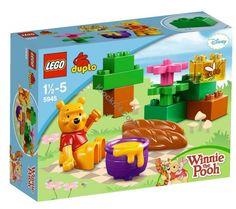 Dostępny w sklepie Klocki24.com zestaw Lego 5945 Duplo to Kubuś Puchatek, który postanowił zjeść małe co nieco na kocyku pod bezchmurnym niebem. Czy przyłączysz się do Misia i jego obiadku?