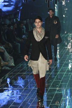 Manish Malhotra at Lakmé Fashion Week Winter/Festive 2017 l Vogue India India Fashion Men, Mens Fashion Week, Lakme Fashion Week, Indian Fashion, Mens Wear Shop, Manish Malhotra Collection, Sangeet Outfit, Vogue India, Indian Couture