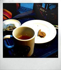 Un instante, tres pasiones: té, galletas y fotografía.