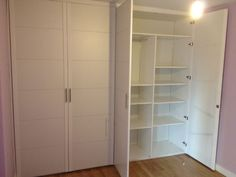 Interior a juego en melamina blanco. Kirchen, Tall Cabinet Storage, Furniture, Home Decor, Custom Cabinetry, Fitted Wardrobes, White Cabinet, Game, Interiors