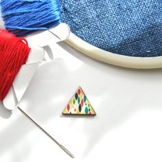 Triangle - Magnetic Wood Cabochon Needle Minder - Modern Abstract Colored Graphics von RoseHipStitches auf Etsy - Cross Stitch - Needlepoint - Needlework