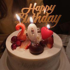 20 Birthday Cake, Happy 20th Birthday, Birthday Balloons, Korean Birthday, Applis Photo, Red Cake, Birthday Decorations, Bakery, Food Porn