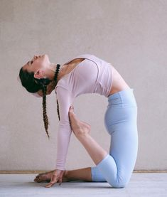 Yoga poses offer numerous benefits to anyone who performs them. There are basic yoga poses and more advanced yoga poses. Here are four advanced yoga poses to get you moving. Alo Yoga, Bikram Yoga, Kundalini Yoga, Yoga Challenge, Yoga Inspiration, Motivation Inspiration, Sangle Yoga, Mode Yoga, Photo Yoga
