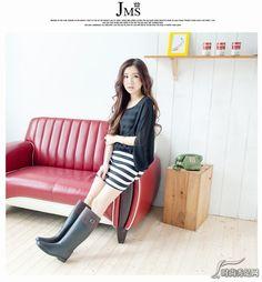 Wellies Rain Boots, Black Rain Boots, Tall Boots, Knee High Boots, Rainy Day Fashion, Cowgirl Outfits, Rain Wear, Fashion Boots, Girl Group