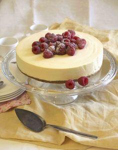 Mangon makuinen juustokakku valmistuu ilman uunia. Kakku on juhlava ja sopii mainiosti kahvihetkien herkuksi. Kakusta riittää noin kahdelletoista.