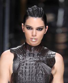 La bouche gold de Kendall Jenner au défilé Balmain