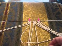 Learn different macrame techniques video - it is not in English.. BUT omg she makes it so easy to understand with this great video... Puntadas de Macrame