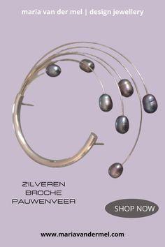 """Moderne zilveren broche gemaakt van zilver, remanium en ovale grijze parels. Een parelbroche uit de collectie """"Design Sieraden met parels van Maria van der Mel"""" #broche #parelbroche #parels #zilverenbroche #parelsieraden #ovaleparels #grijzeparels Pearl Jewelry, Pearl Necklace, Pearl Grey, Modern Design, Jewelry Making, Pearls, String Of Pearls, Contemporary Design, Beads"""