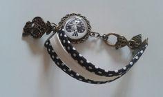 """Cabochon de verre 20 mm : ronde en bronze camée de Charm """" Pic """". Avec petites breloques. Bracelet avec tissus biais noir , pois blanc et imitation cuir blanc : de 16cm à 18cm ( - 11488971"""