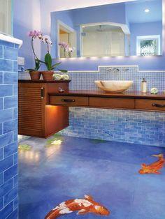 Entre bleu et violet, le carrelage de cette salle de bain contraste avec le marron du bois