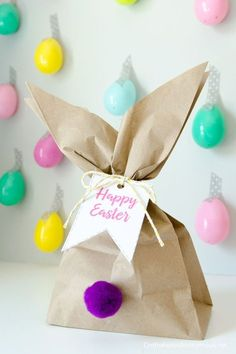 Easter Bunny Gift Bags: With just a paper bag, some string, and cute little pom-poms, you have an Easter gift bag in a cinch for any kids' party. Click through for more Easter party ideas and decorations that your kids and family will love. Easter Gift Bags, Easter Gifts For Kids, Easy Easter Crafts, Bunny Crafts, Easter Class Treats, Easter With Kids, Kids Crafts, Easter Presents, Easy Crafts