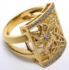 Anel de ouro amarelo em formato quadrado e flor, com 16 brilhantes. Aro 20. Peso 9,1 g.